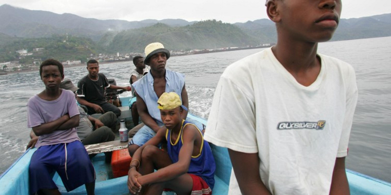 De jeunes Comoriens tentent d'entrer illégalement à Mayotte.