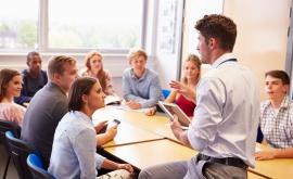 Les cours d'éducation civique permettent de sensibiliser les jeunes au droit.